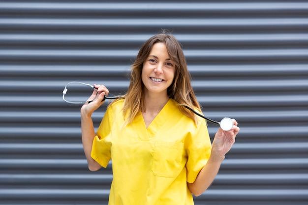 Portret van meisje arts in uniform stethoscoop weergeven