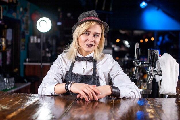 Portret van meisje barman toont zijn professionele vaardigheden in de nachtclub