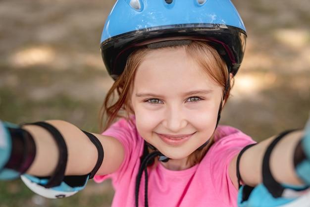 Portret van meisje dat rolschaatsbescherming draagt, bovenaanzicht