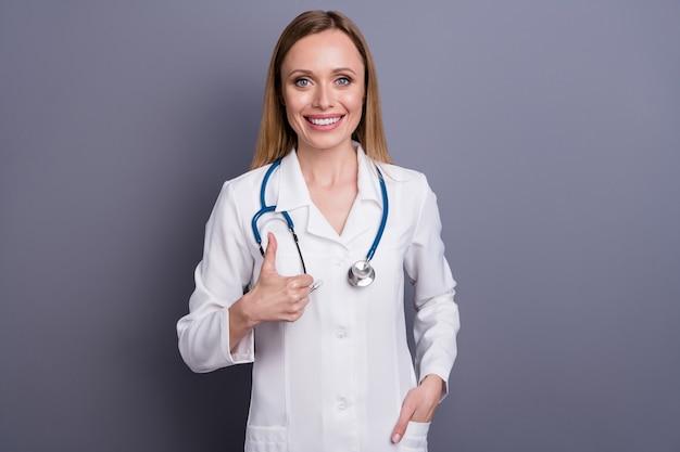 Portret van meisje doc-therapeut die duim op advertentie toont
