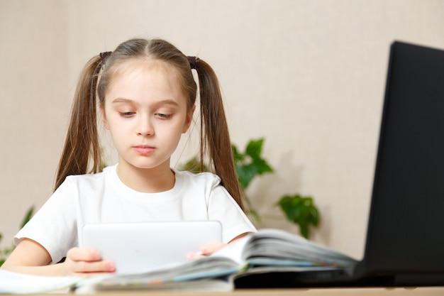 Portret van meisje doet haar huiswerk thuis