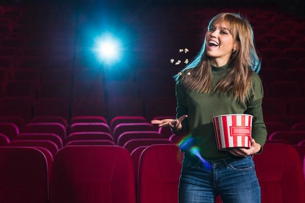 Portret van meisje in de bioscoop