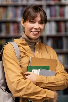 Portret van meisje in de universiteitsbibliotheek