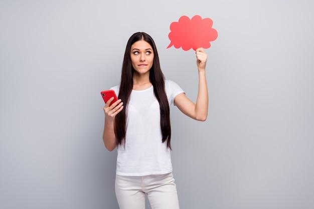 Portret van meisje in handen cel papier wolk te houden