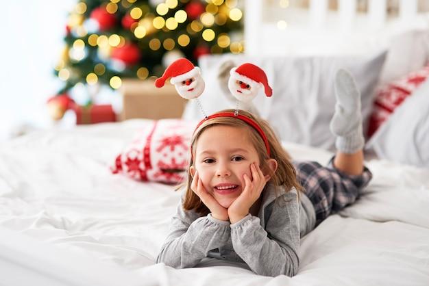 Portret van meisje liggend op het bed in de kersttijd