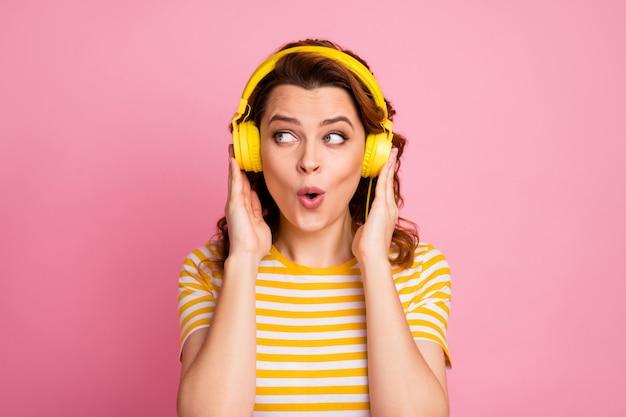 Portret van meisje luisteren naar verschillende muziek rock roll geïsoleerd over roze pastel kleur achtergrond
