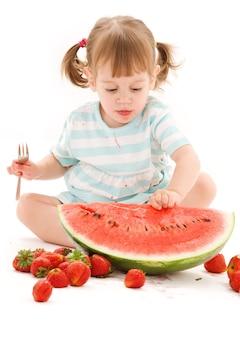 Portret van meisje met aardbei en watermeloen