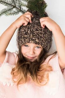 Portret van meisje met de winterhoed