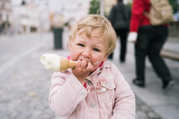 Portret van meisje met ijs