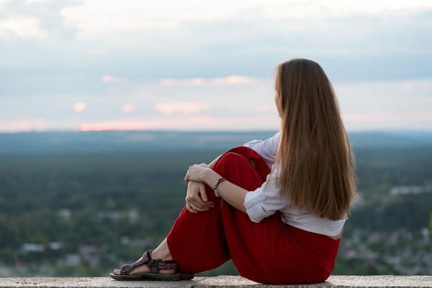 Portret van meisje met lang haar op panorama