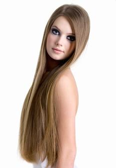 Portret van meisje met mooi lang haar dat op wit wordt geïsoleerd