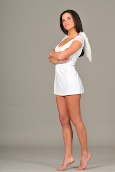 Portret van meisje met witte engelenvleugels
