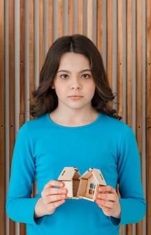 Portret van meisje verdrietig voor het uiteenvallen van de familie