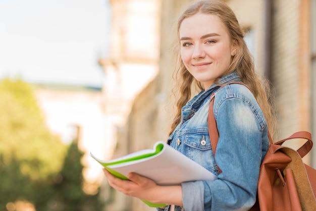 Portret van meisje voor school