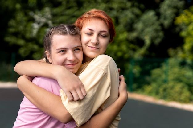 Portret van meisjes knuffelen met kopieerruimte
