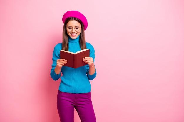 Portret van meisjesachtig positief meisje hebben vrije tijd, herfstweekends, leerboek lezen, genieten van poëzie, mooie kleding dragen.
