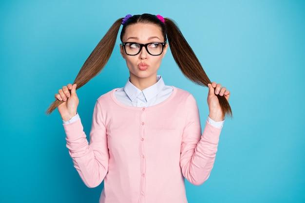 Portret van meisjesachtig vrouwelijk dromerig collegemeisje met staarten pruilende lippen fantaserend
