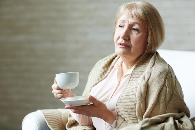 Portret van melancholische senior vrouw