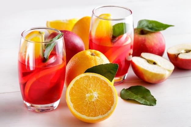 Portret van mengelingsstroop met sinaasappel en appelschijf
