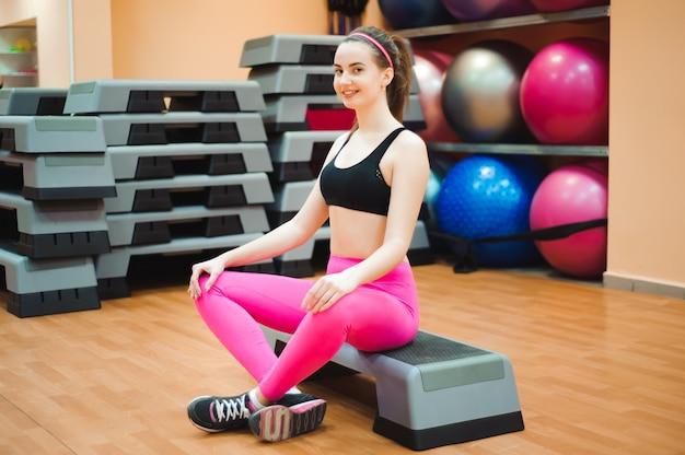 Portret van middelbare leeftijd mooie vrouw ontspannen na fitness