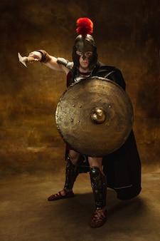 Portret van middeleeuwse persoon krijger in oorlogsuitrusting geïsoleerd op vintage dark