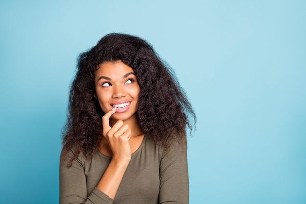 Portret van minded geïnteresseerd afro-amerikaans meisje denk na over prachtige weekenden hebben gedachten plannen droom slijtage stijl pullover geïsoleerd over blauwe kleur muur