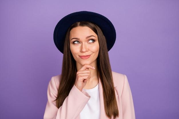 Portret van minded geïnteresseerd meisje rust ontspannen aanraking kin hand kijken copyspace denk gedachten plan beslissen weekend vrije tijd draag pastel outfit geïsoleerd over violette kleur achtergrond