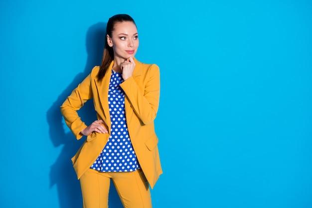 Portret van minded slimme hoofdbankier agent meisje touch hand kin look copyspace beslissen werk oplossing besluit geïsoleerd over blauwe kleur achtergrond