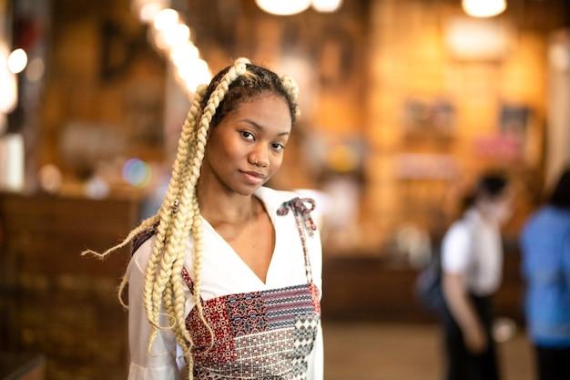 Portret van mix race vrouw poseerde in café als model