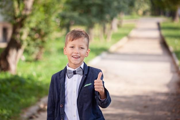 Portret van mode kind. grappige kleine jongen.