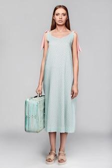 Portret van mode stijlvolle vrouw met geval in kleurrijke rok