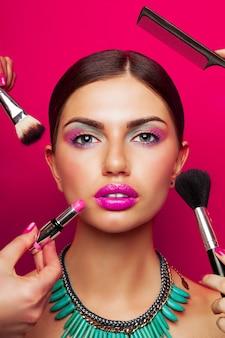 Portret van model met perfecte huid, lichte make-up, grote roze lippen en ketting