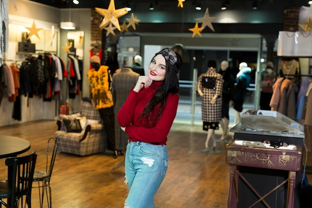Portret van modelvrouw in slaapmasker. vrij jonge vrouw die gelukkig en in kledingwinkel glimlacht stelt