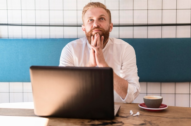 Portret van moderne man aan het werk
