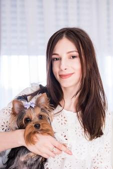 Portret van moderne vrouw thuis met hond
