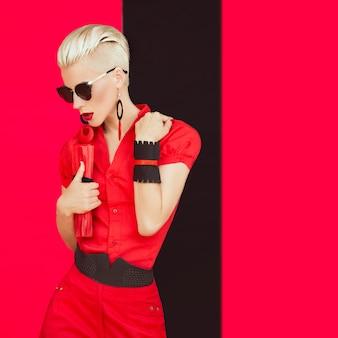 Portret van modieus meisje in zwarte rode stijl
