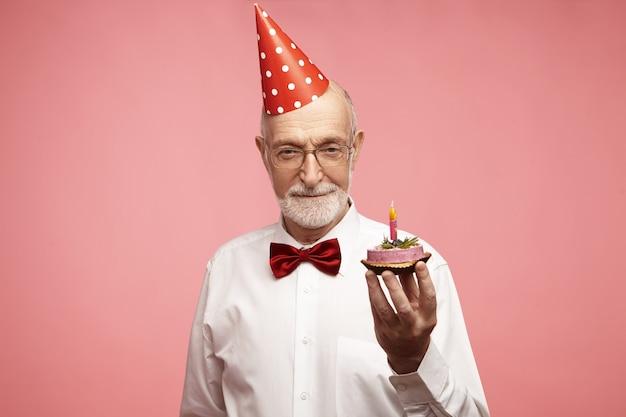 Portret van modieuze elegante volwassen zestigjarige bebaarde europese man met rode vlinderdas