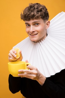 Portret van modieuze jongen die een kemphaan draagt