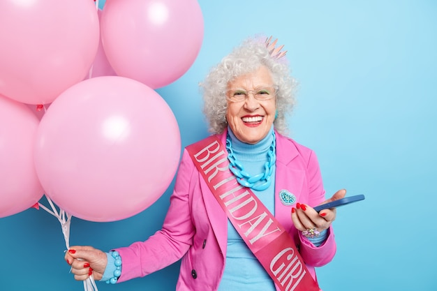 Portret van modieuze oudere dame viert haar verjaardag