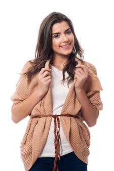 Portret van modieuze vrouw in oversized trui
