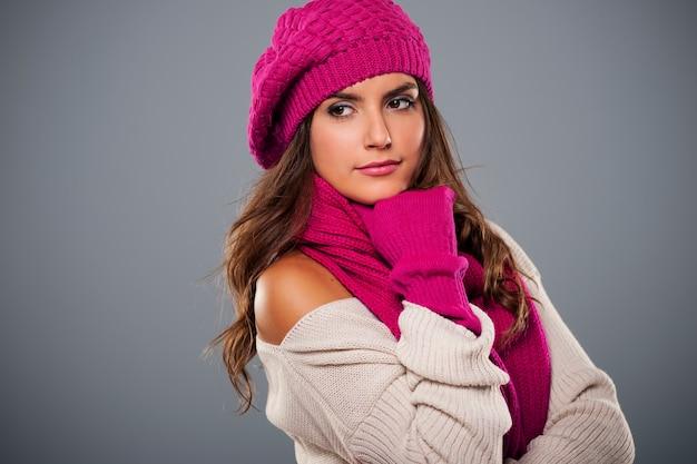 Portret van modieuze vrouw in winterseizoen