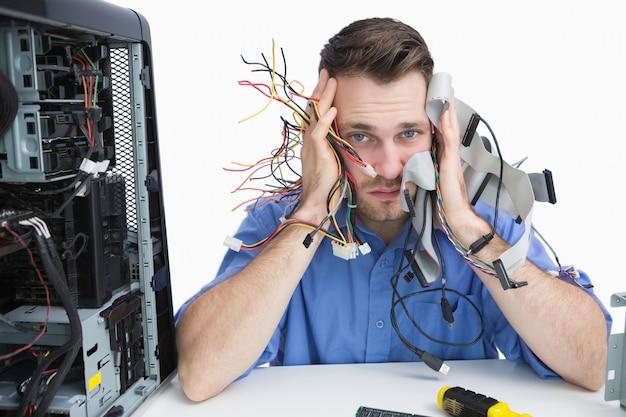 Portret van moe het professioneel met kabels in handen