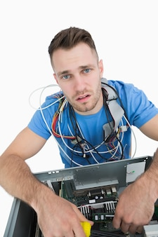 Portret van moe het professioneel met kabels rond de nek
