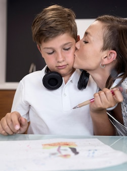 Portret van moeder die haar zoon kust