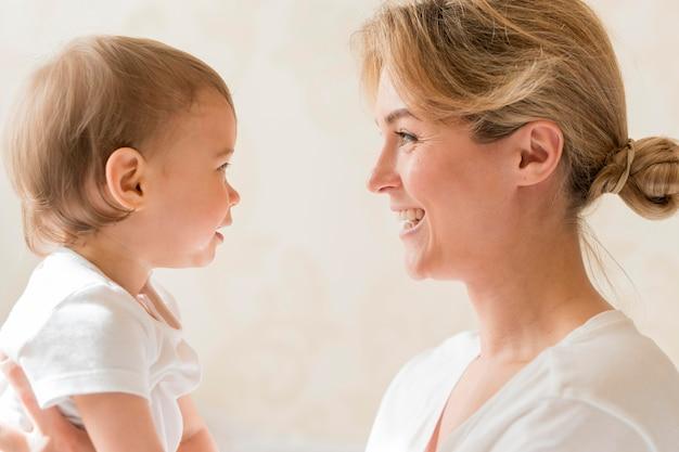 Portret van moeder en baby kijken naar elkaar