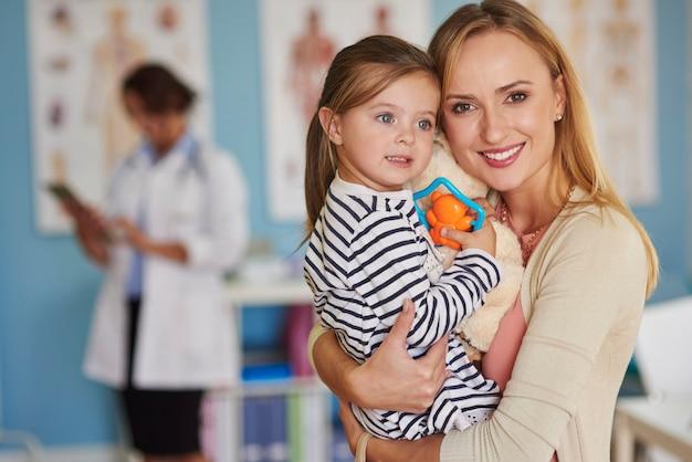 Portret van moeder en dochter bij de dokter