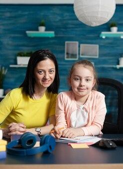 Portret van moeder en dochter die aan huis zitten