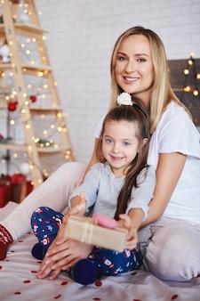 Portret van moeder en dochter in kerstmistijd