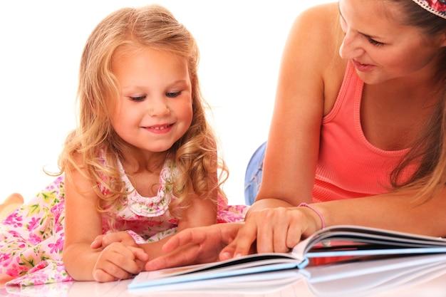 Portret van moeder en dochter leesboek over witte achtergrond