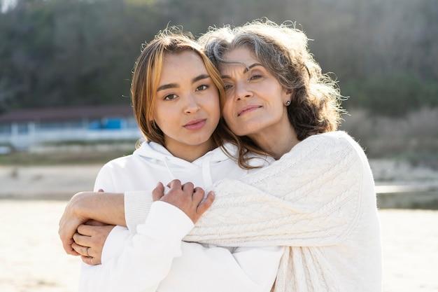 Portret van moeder en dochter op het strand